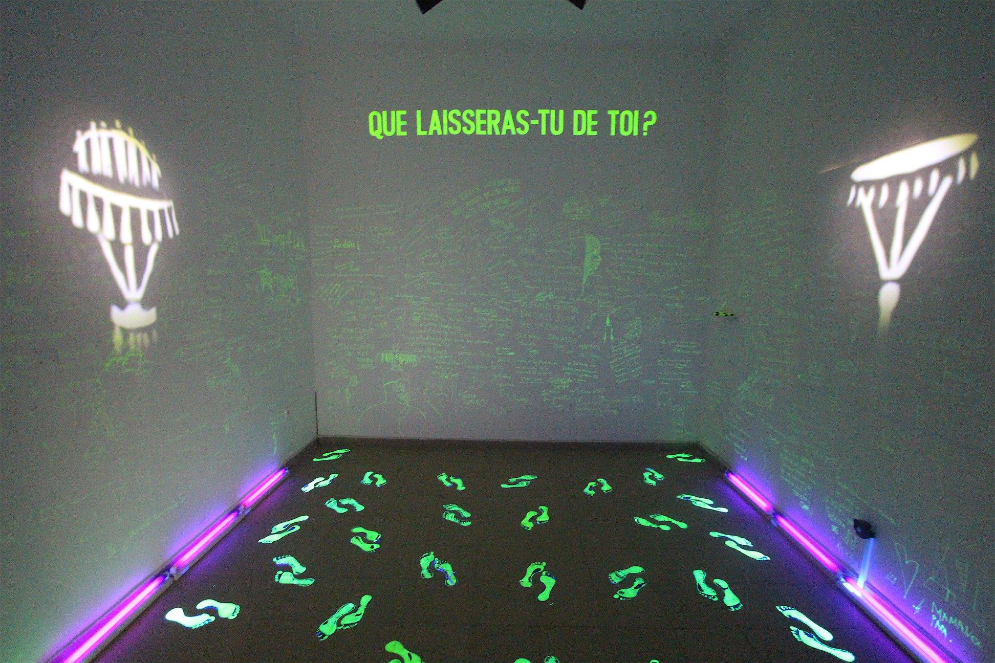 Sènami Donoumassou, Memorial du vivant, Installation in situ : détecteur de mouvement, lampe ultra - violet, peinture fluorescente. 2019.