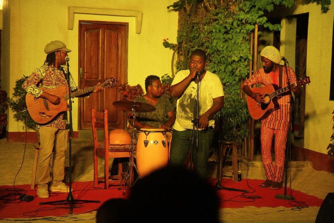 concert acoustique en scène ouverte organisée en collaboration avec l'association Premiers pas.